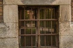Feche acima de uma janela com estrutura do metal imagem de stock royalty free