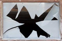 Feche acima de uma janela quebrada imagem de stock