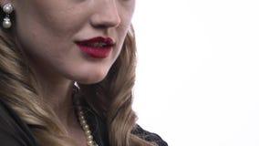 Feche acima de uma jovem mulher dos anos 50, anúncio publicitário do perfume, 4k filme