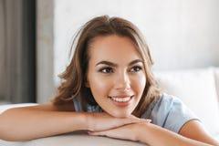 Feche acima de uma jovem mulher de sorriso que relaxa fotos de stock royalty free