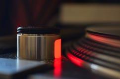 Feche acima de uma luz vermelha do estroboscópio da plataforma giratória na placa Foto de Stock Royalty Free