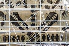 Feche acima de uma máquina com uma estrutura de aço construída na parte dianteira Foto de Stock Royalty Free