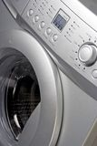 Feche acima de uma máquina de lavar Fotos de Stock