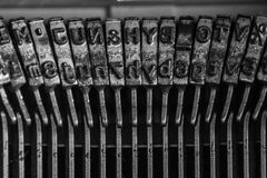 Feche acima de uma máquina de escrever fotografia de stock royalty free
