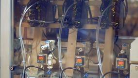 Feche acima de uma máquina industrial que move-se para a frente e para trás em um equipamento industrial moderno filme