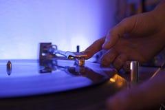 Feche acima de uma música DJ que joga uma agulha do vinilo Imagem de Stock