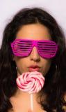 Feche acima de uma menina bonita com bolhas de sabão de sopro da composição profissional em torno dela Imagens de Stock