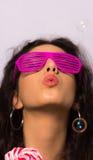 Feche acima de uma menina bonita com bolhas de sabão de sopro da composição profissional em torno dela Foto de Stock