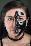 Feche acima de uma metade da descolagem da jovem mulher da beleza de uma máscara protetora preta Fotos de Stock
