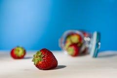 Feche acima de uma morango e de um frasco de vidro completamente das morangos LY Fotos de Stock Royalty Free