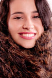 Feche acima de uma mulher bonita com casaco de pele Imagens de Stock Royalty Free