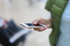 Feche acima de uma mulher que usa o móbil Fotografia de Stock