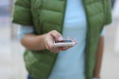 Feche acima de uma mulher que usa o móbil Imagens de Stock Royalty Free
