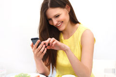 Feche acima de uma mulher que usa o telefone esperto móvel Fotografia de Stock