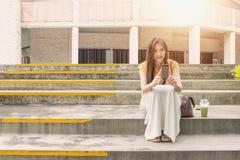 Feche acima de uma mulher que usa o telefone esperto móvel Fotos de Stock