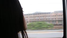Feche acima de uma mulher triste nova que senta-se no trem filme