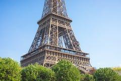 Feche acima de uma parte da torre Eiffel contra um céu azul brilhante, Paris, França imagens de stock royalty free