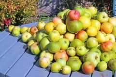 Feche acima de uma pilha das maçãs em um tampo da mesa Imagens de Stock Royalty Free