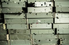 Feche acima de uma pilha de velho, quebrada, e dos portáteis empoeirados em uma pilha para reciclar Estão sujos, e muitos faltam Fotografia de Stock