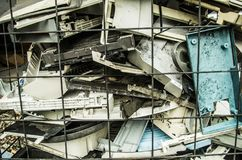 Feche acima de uma pilha de velho, quebrada, e dos portáteis empoeirados em uma pilha para reciclar Estão sujos, e muitos faltam Foto de Stock Royalty Free