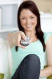 Feche acima de uma preensão remota por uma mulher bonita Fotografia de Stock Royalty Free