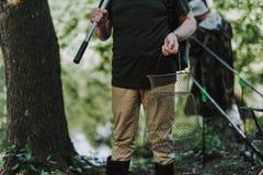 Feche acima de uma rede nas mãos de um pescador fotos de stock royalty free
