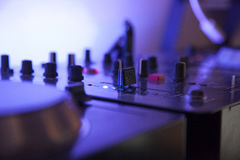 Feche acima de uma tabela de mistura da música com luz conduzida azul Fotos de Stock Royalty Free