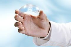 Feche acima de uma terra arrendada científica uma parte transparente da aplicação do graphene. imagem de stock royalty free