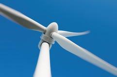 Feche acima de uma turbina eólica Imagem de Stock Royalty Free