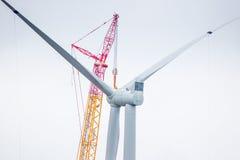 Feche acima de uma turbina eólica em processo da construção Fotos de Stock