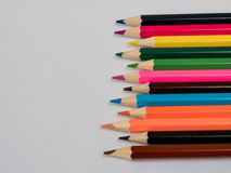 Feche acima de uma variedade de lápis coloridos Fundo do colo Foto de Stock Royalty Free