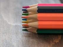 Feche acima de uma variedade de lápis coloridos Fundo do colo Imagens de Stock Royalty Free