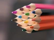 Feche acima de uma variedade de lápis coloridos Fundo do colo Imagem de Stock Royalty Free