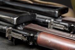Feche acima de uma vista do Kalashnikov dois foto de stock