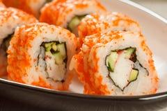 Feche acima de Uramaki Califórnia Rolos de sushi com nori, arroz, partes Fotos de Stock Royalty Free
