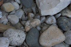 Feche acima de vário - cascalho lavado feito sob medida e um bloco da pedra calcária Imagem de Stock Royalty Free