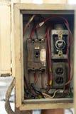 Feche acima de velho e os disjuntores sujos comutam na caixa elétrica, circuito fotografia de stock royalty free