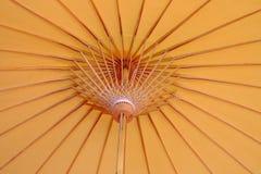 Feche acima dentro de claro - estilo oriental amarelo de um guarda-chuva de papel fotografia de stock royalty free