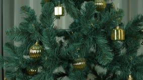 Feche acima dentro do tiro da zorra Gire em torno da árvore de Natal com brinquedos do ouro Caixas douradas e outra decoração do  video estoque