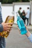 Feche acima do álcool bebendo do grupo adolescente foto de stock royalty free