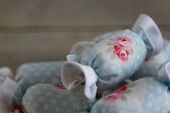 Feche acima do algodão doce para a decoração interior com fundo de madeira Foto de Stock