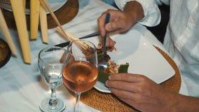 Feche acima do alimento do Balinese no jantar vídeos de arquivo