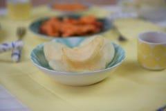 Feche acima do alimento chinês com os biscoitos torrados do camarão em um prato Imagens de Stock Royalty Free