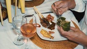 Feche acima do alimento diferente do balinese na placa no jantar video estoque