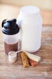 Feche acima do alimento e dos aditivos da proteína na tabela Foto de Stock