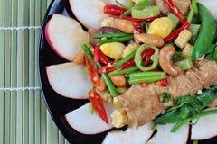 Feche acima do alimento vegetal chinês do festival como a porca e a nogueira-do-Japão fritadas de cajus com legumes misturados, & Imagens de Stock