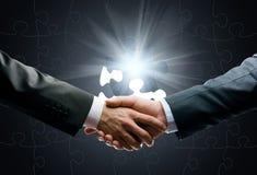 Feche acima do aperto de mão contra o fundo da conexão do mundo Foto de Stock Royalty Free