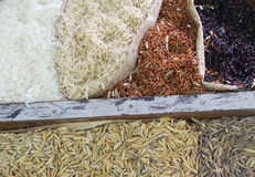 Feche acima do arroz orgânico no saco do saco Imagem de Stock