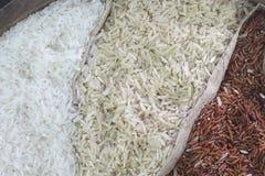 Feche acima do arroz orgânico no saco do saco Imagens de Stock Royalty Free
