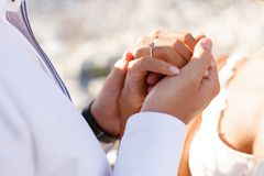 Feche acima do as mãos da mulher e o homem apenas casou-se, com a luz natural do por do sol, guardando a proposta nas mãos imagem de stock